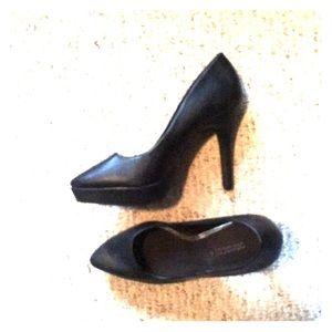 Black Size 9 pumps! Never worn